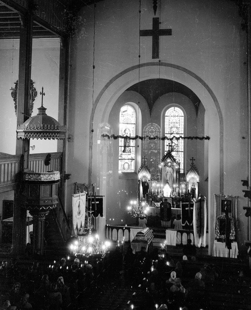 Msza pogrzebowa w kościele p. w. Najświętszej Marii Panny w Strupinie, lata 50. XX w.