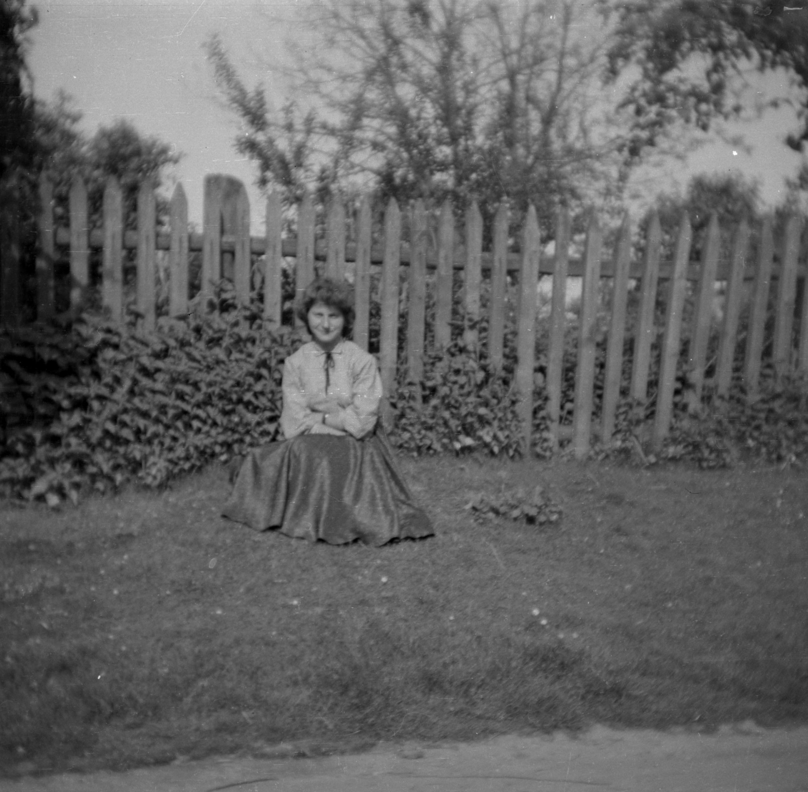 Kobieta siedząca przy płocie, Dolny Śląsk, 2. poł. XX w.