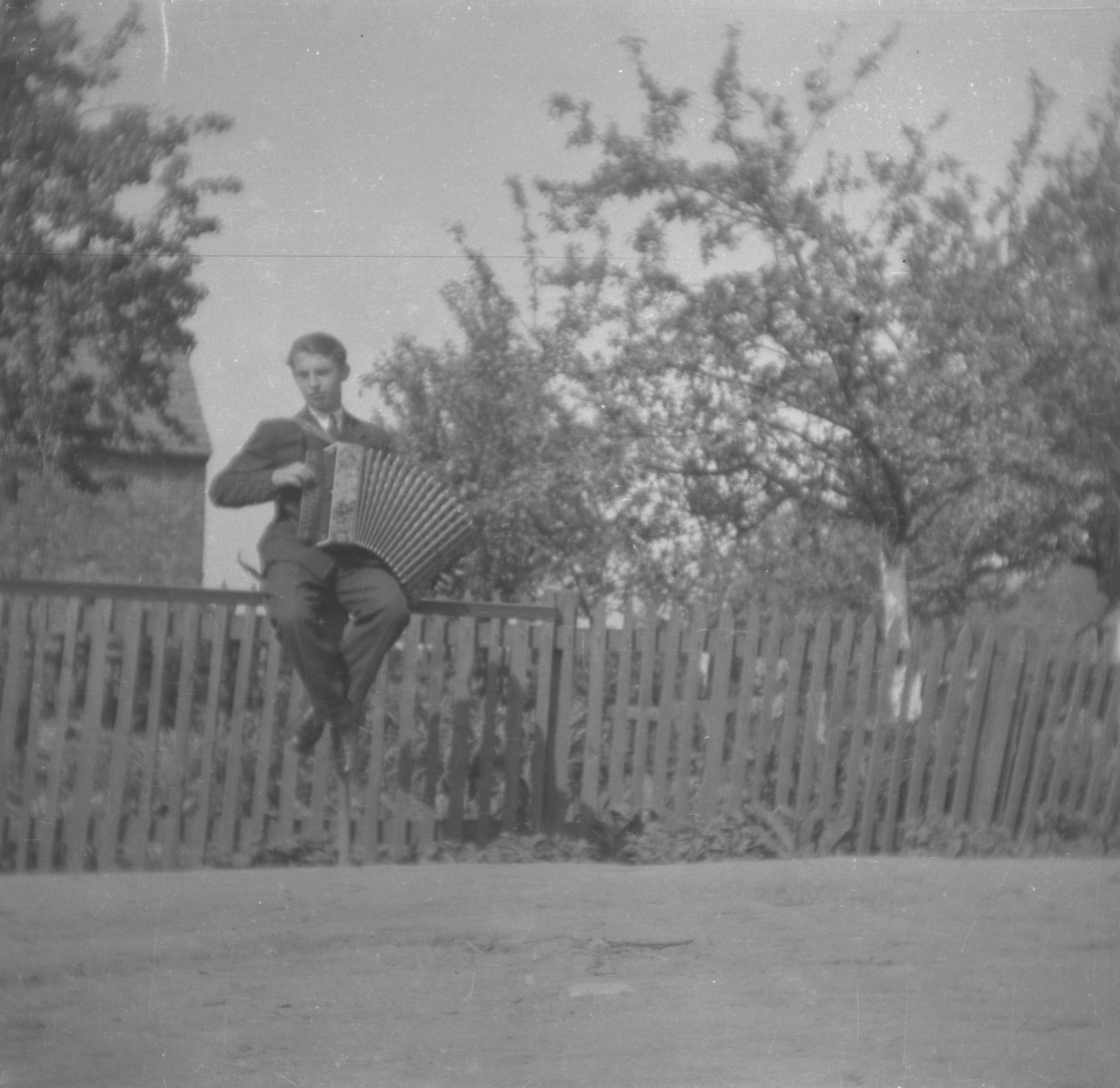 Akordeonista siedzący na płocie, Dolny Śląsk, 2. poł. XX w.